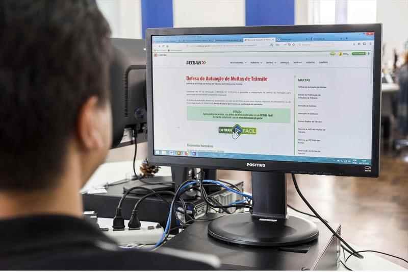 O motorista que desejar apresentar defesa para uma multa de trânsito recebida no município de Curitiba agora pode acessar o serviço pela internet.  Foto: Valdecir Galor/SMCS