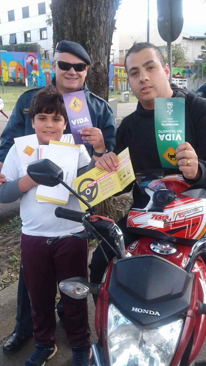 Crianças da Escola Municipal Vinhedos participam de blitz educativa. Foto: Divulgação