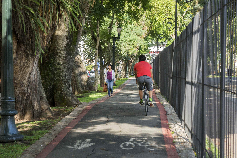 Implantação da sinalização em nova estrutura cicloviária. Na imagem, passeio compartilhado no entorno do Passeio Público. Curitiba,  30/01/2020. Foto: Valdecir Galor/SMCS