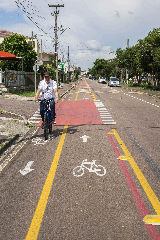 Implantação da sinalização em nova estrutura cicloviária. Na imagem, Ciclofaixa na pista: Rua Nova Aurora. Curitiba,  30/01/2020. Foto: Valdecir Galor/SMCS